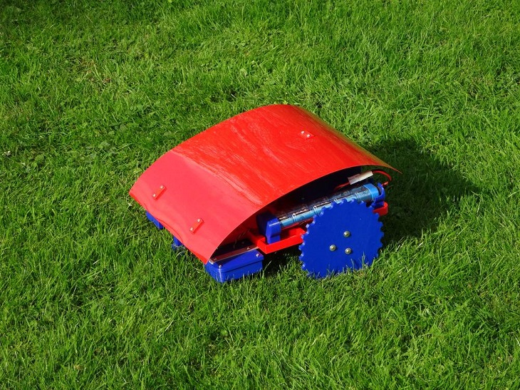 Andreas Haeuser's Adorable, Cheap, and Extremely-functional 3D-Printed Lawn Mower